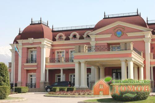 Отделка фасадов домов декоративными элементами: их разновидности и материал изготовления