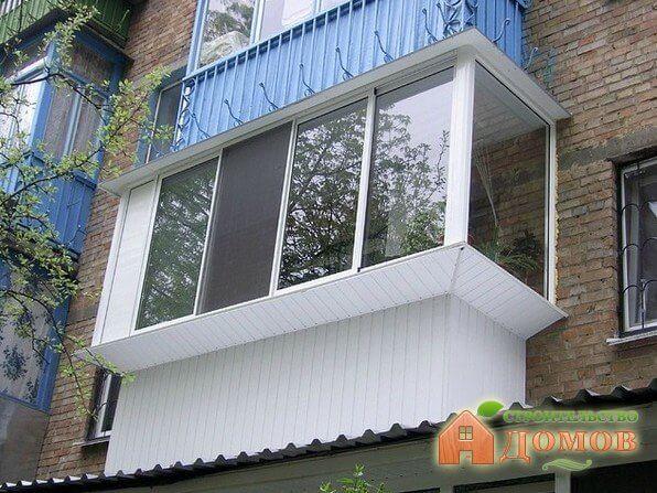 Как остеклить балкон с выносом?