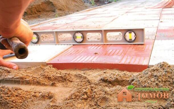 Укладка тротуарной плитки на песок. Пошаговая инструкция