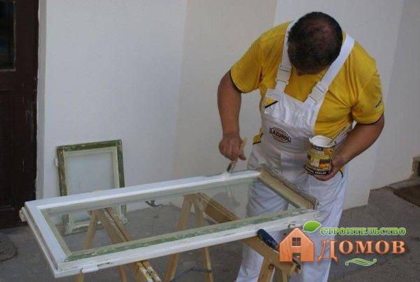 Первый наносимый слой краски для деревянных окон должен быть наиболее жидким