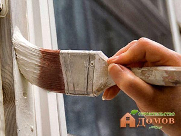 Для покраски деревянных окон нужны кисти нескольких размеров