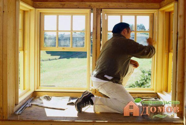 Покраска деревянных окон внутри помещения